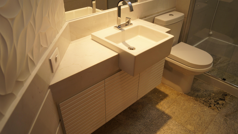 #BE8C0D Os banheiros foram completamente reformados. 4912x2760 px pia banheiro cimento queimado