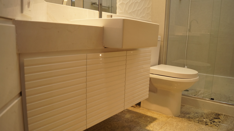 Os banheiros foram completamente reformados. #B68315 4912x2760 Banheiro Com Parede De Cimento Queimado