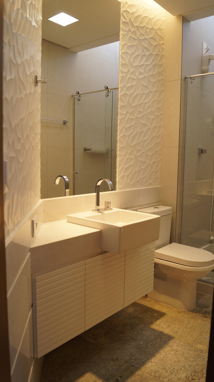 Os banheiros foram completamente reformados. #9C732F 2760x4912 Banheiro Branco Bege