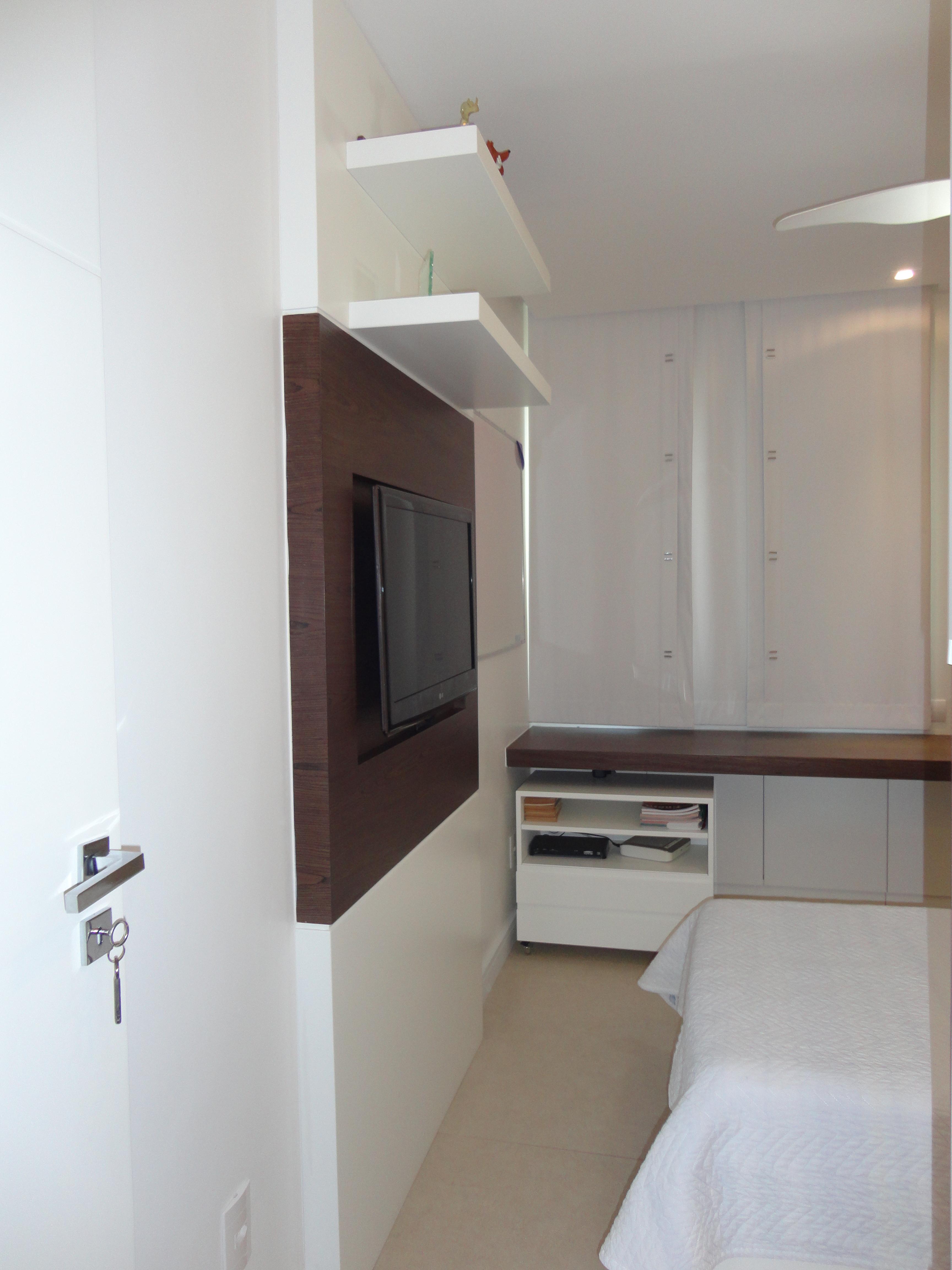 Não muito diferente dos quartos os banheiros também foram  #5D4841 3456x4608 Banheiro Com Pastilhas Amarelas