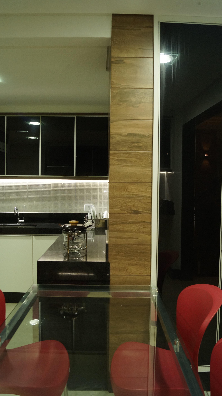 sala recebeu novo layout com aproveitamento de mobiliário existente  #9A3A31 2760 4912